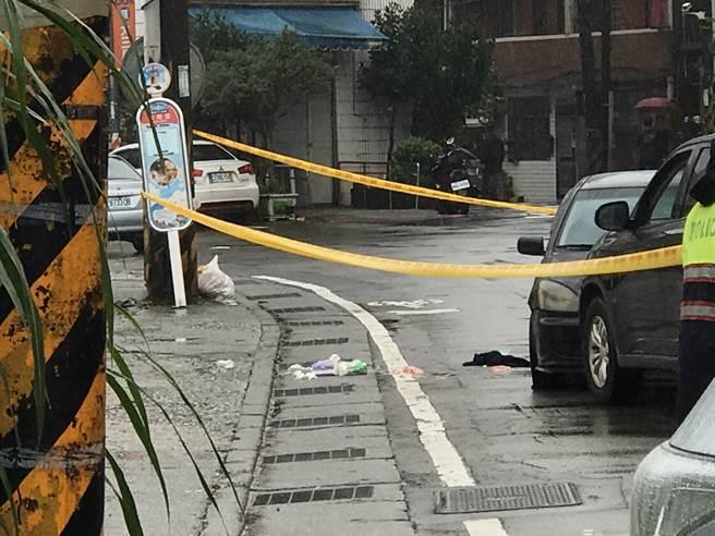 10日七堵區堵南街喜安護理之家前兩車對撞,地上有2包衛生紙,一旁疑似血跡。(圖/記者陳彩玲攝)