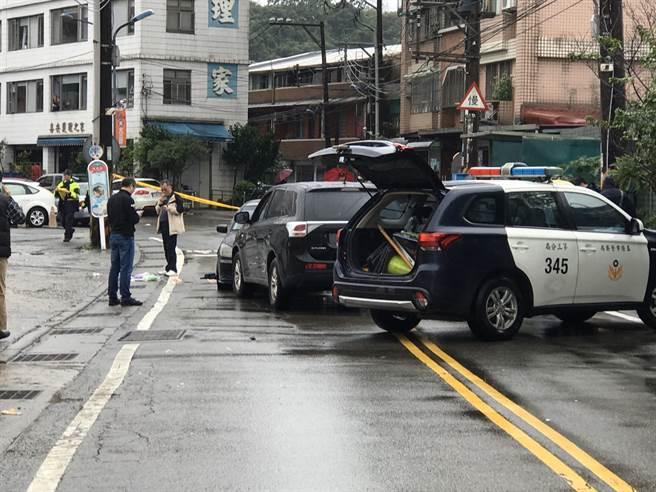 警方今天下午1時在基隆發現籍男和劫囚的3女1男,已儘速將人帶回警局釐清案情。(圖/陳彩玲攝)
