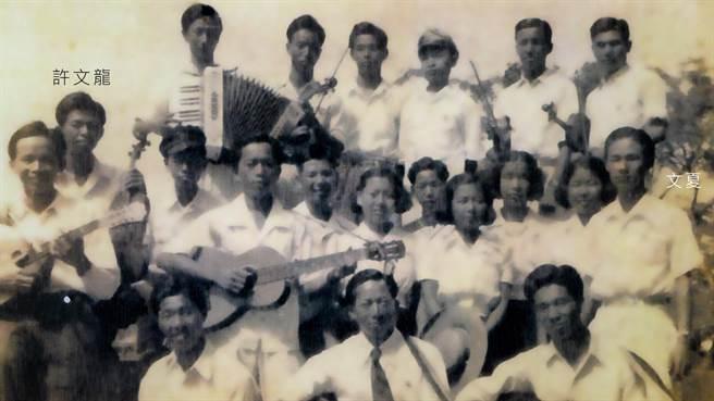 圖說:《阿爸的歌本》紀錄片中也談及一張經典的合照:文夏在台南高商唸書時與台南高工音樂同好組了一個音樂隊,在一場演出的合照中包含了當時的團長文夏,以及台南高工的許文龍。(台南市文化局提供/曹婷婷台南傳真)