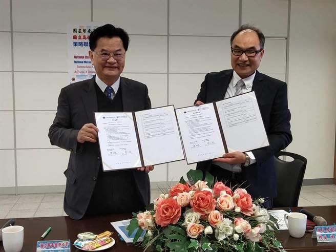 暨南國際大學校長蘇玉龍(左)與馬祖高中校長陳天賜(右)成功簽訂策略聯盟。(暨大提供/黃立杰南投傳真)