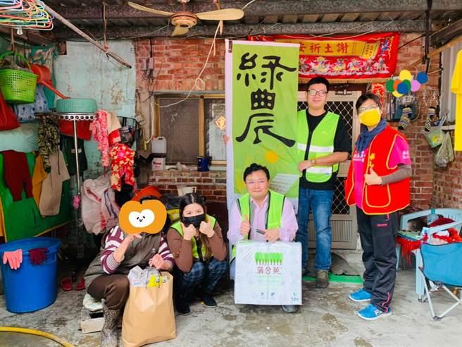 綠農電科員工今天前往布袋送物資、關心長輩。(綠農電科提供/張亦惠嘉縣傳真)