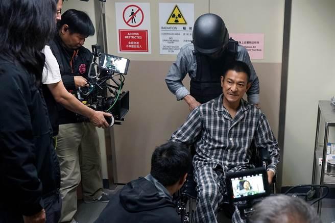 劉德華拍《拆彈專家2》吃足苦頭,電影決定提前於跨年檔期12月31日上映。(華映娛樂提供)