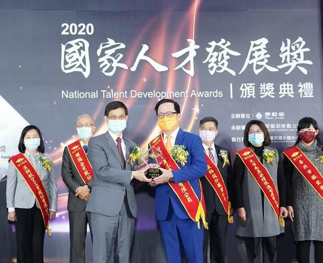 (裕隆日產汽車獲「2020國家人才發展獎」,裕日車總經理李振成(右)代表出席領獎,不忘穿上自家嘉裕西服,幫忙自家集團企業宣傳。圖/業者提供)