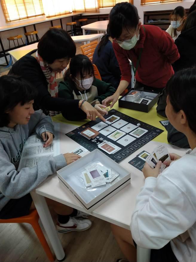 台南市家齊高中學生透過桌遊,感受白色恐怖時期如何影響文學書寫。(校方提供/李宜杰台南傳真)