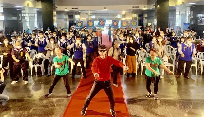 南投县长林明溱率局处首长,大跳广场舞健身。(廖志晃摄)