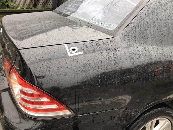 車輛右側前、後輪,左側前輪皆爆胎,車身殘留5處彈孔,現場血跡斑斑。(陳彩玲攝)