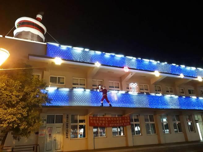 岡山燈展,工作人員將岡山區老人活度中心布置地美輪美奐。(林瑞益攝)