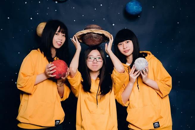 樹德科大動遊系校友以《化羽》動畫在日本「DigiCon6動畫與短片競賽」評選,奪得「台灣區金獎」殊榮,左起為柯雅琪、吳盈潔、張敬恩。(樹科大提供/林瑞益高雄傳真)