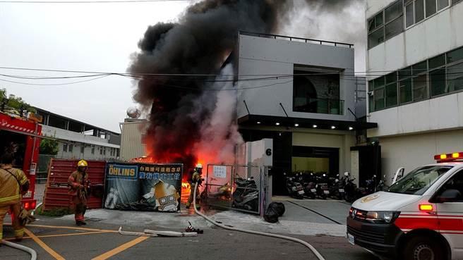 台南市東區某車業停車場,下次近5時發生火災,數台汽機車陷入火海。(讀者提供/李宜杰台南傳真)