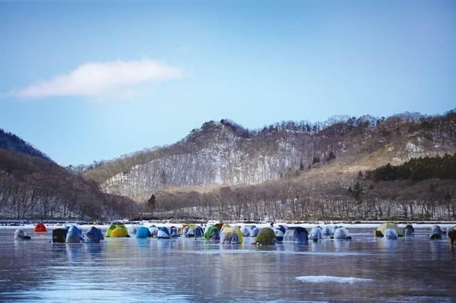 赤城大沼在冬季呈現完全結凍的狀態,能在冰上釣公魚,絕對要體驗。 (圖/前橋市觀光振興課提供)