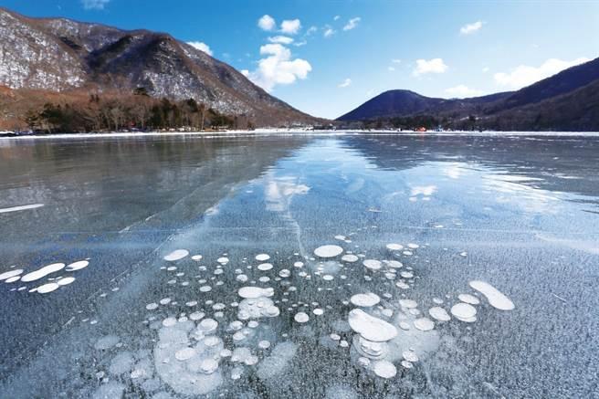 冬季時限定的冰泡(Ice Bubble)美景,非常值得一看。(圖/前橋市觀光振興課提供)