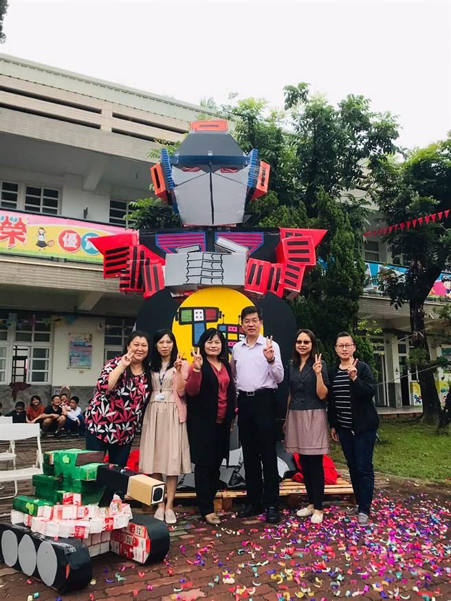 東榮國小六年級師生蒐集8000個牛奶盒製成機器人。(東榮國小提供/張亦惠嘉縣傳真)