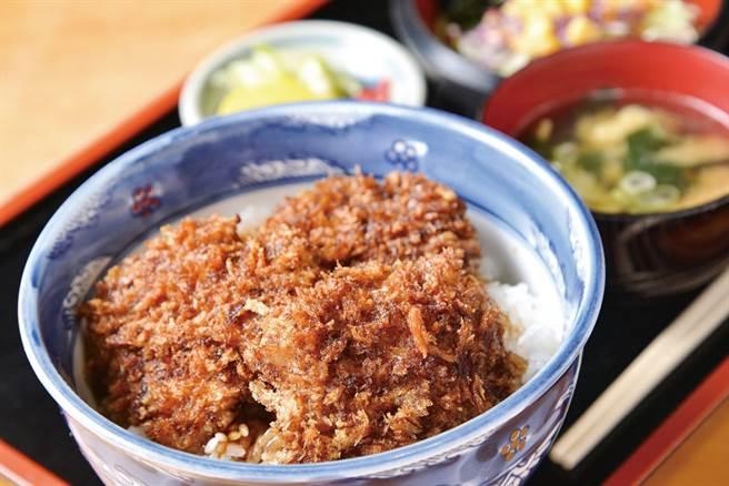 前橋市飼養豬肉製成醬汁豬排蓋飯,讓食物里程降到最低又很美味。(圖/前橋市觀光振興課提供)