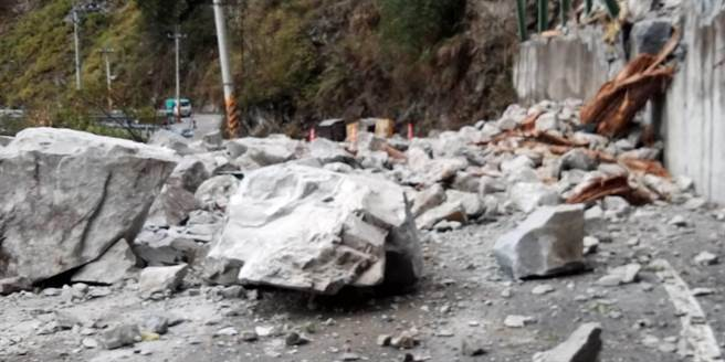 中橫便道5.2公里等多處路段邊坡坍方,巨石從高處峭壁砸落路面,造成交通阻斷。(谷關工務段提供/王文吉台中傳真)