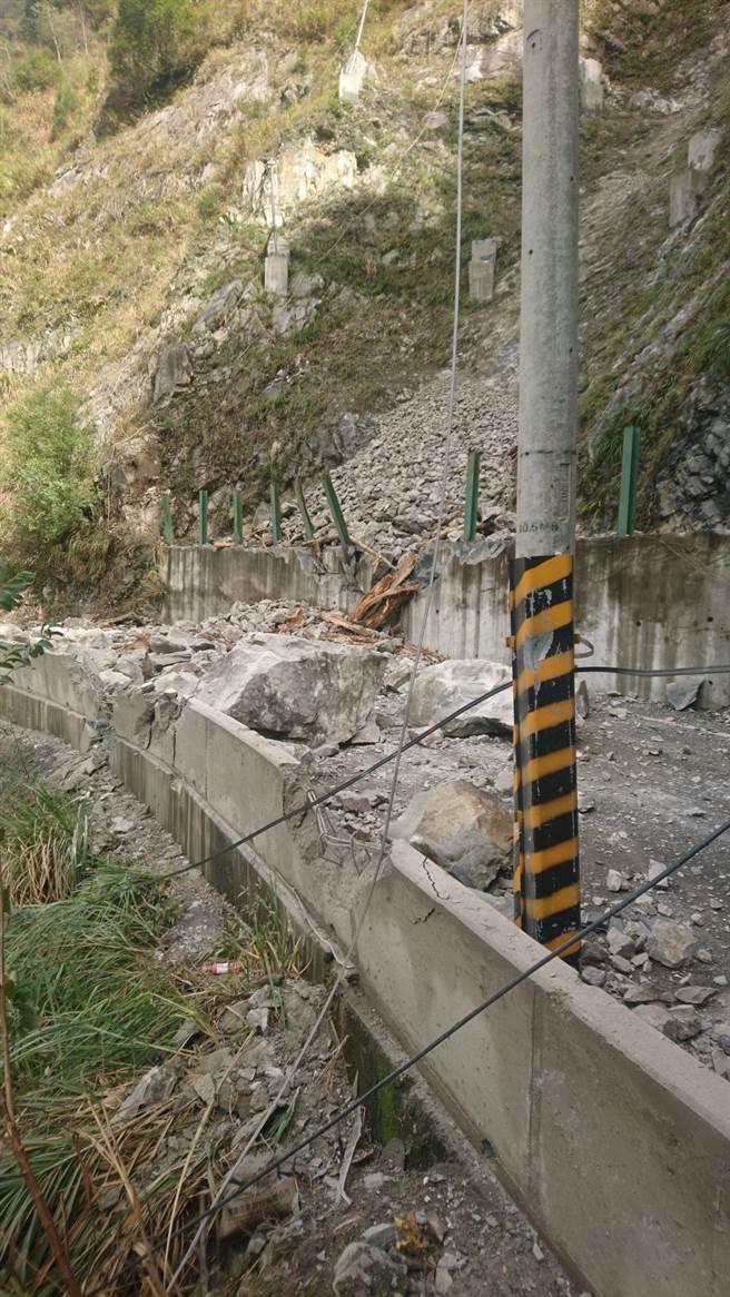 中橫便道落石從峭壁砸落路面,,不僅扯斷電線,也造成交通阻斷。(谷關工務段提供/王文吉台中傳真)