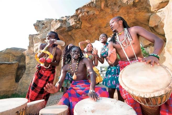 非洲音樂家用傳統樂器現場表演,歡迎大家入住六福莊。(圖/六福莊.關西提供)