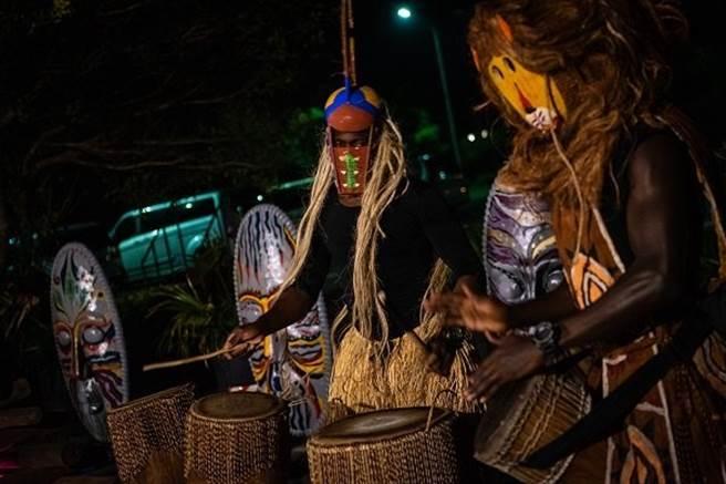 面具節晚會帶來啡歐擊鼓表演、傳統特技,讓大家越夜越嗨。(圖/六福莊.關西提供)