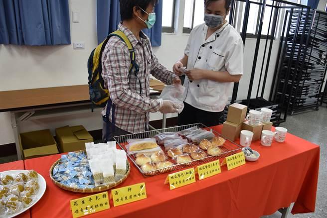 後龍鎮甘藷花生節的焢窯活動將在本月19日在高鐵六路旁稻田舉行,現場另有美食供民眾享用。(謝明俊攝)