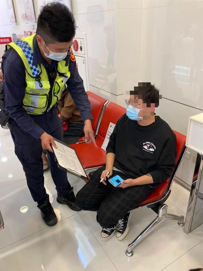 頭份警分局頭份所員警阻止李姓男子被騙。(頭份警分局提供/謝明俊苗栗傳真)