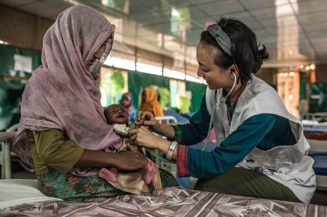 有一群女性,選擇進入國際醫療人道組織「無國界醫生」工作,走進全球遭受戰亂、天災、傳染病影響的異域,挺身協助被排拒在醫療資源外的人群。(圖/MSF無國界醫生提供)