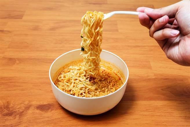 有网友分享吃泡麵的独门方法,没想到引起广大网友迴响,直说这是内行人才懂的吃法。(达志影像)