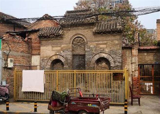 「孔子入周問禮碑」正面有圍欄保護。
