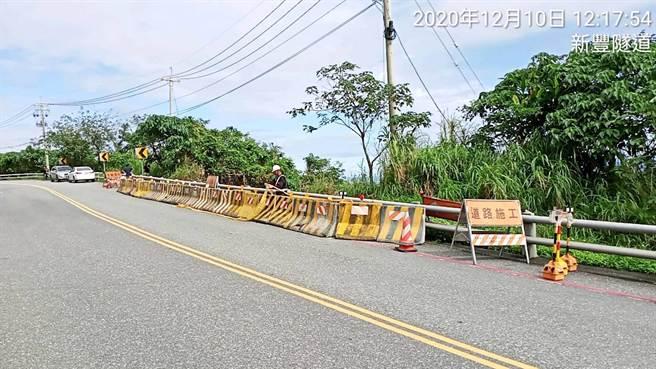 台11線39.6K北上路段暫可維持雙線雙向通行,公路總局花蓮工務段目前也已圍設交安設施警示。(公路總局花蓮工務段提供/羅亦晽花蓮傳真)