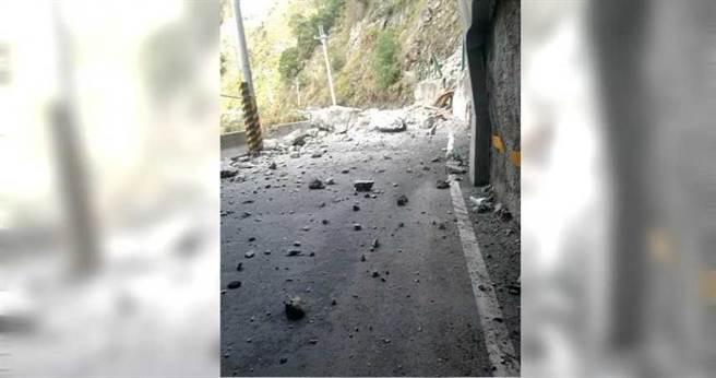 中橫便道5.2公里等多處路段邊坡坍方,巨石從高處峭壁砸落路面,造成交通阻斷。(圖/谷關工務段提供)