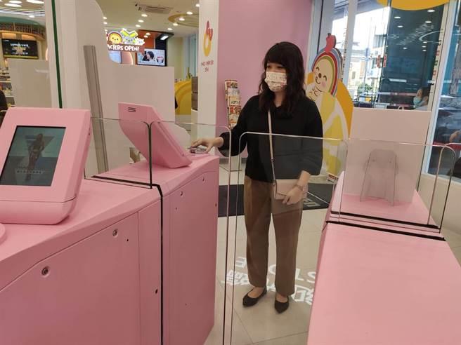 7-ELEVEN未來商店X-STORE,10日在台中市北區開幕,吸引拍照人潮;消費者採會員刷卡方式進入。(張妍溱攝)