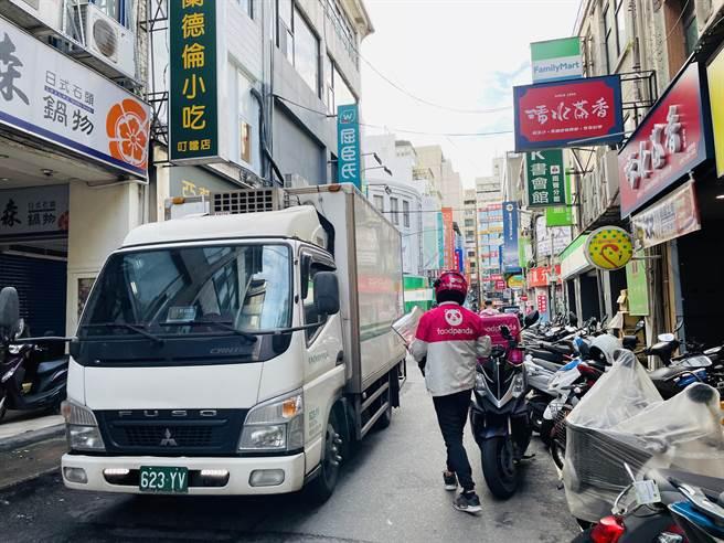 Foodpanda经理郭昕宜指出,外送人员穿梭在车潮之间,正确的驾驶观念绝不能轻忽。(吴康玮摄)