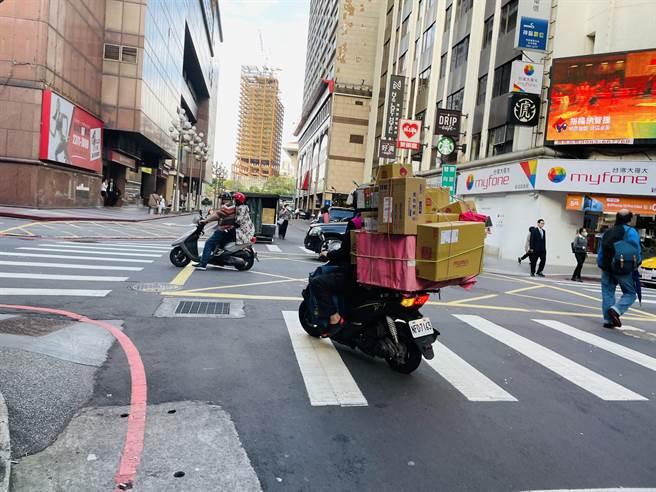 除了两大外送业者,也有一些零散送货人员,危险的包裹物件,令人触目惊心。(吴康玮摄)