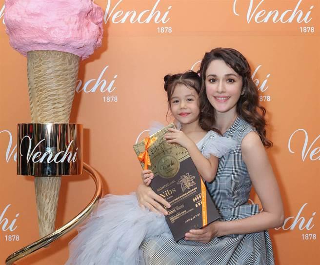 瑞莎與女兒Nika一起出席義大利巧克力品牌記者會。(Venchi提供)