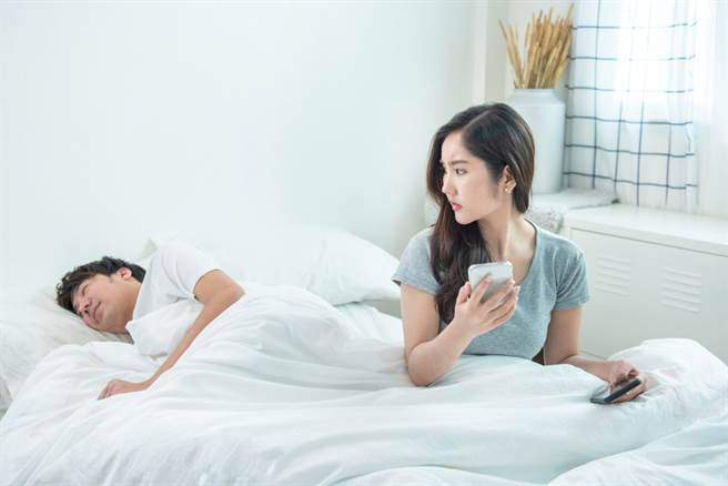 一名人妻在臉書委屈抱怨,自己在4個月內連續抓包丈夫偷吃4次,但大批網友看完內文後反勸原PO不要離婚。(達志影像/示意圖非當事人)