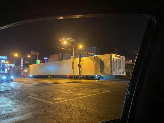 50公尺長的白色神秘貨櫃車連2天現身台南,引發網友熱議。(圖/台南爆料公社)