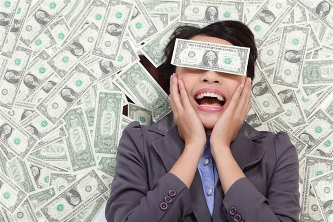 有些生肖為人大方,對於社交也很願意花錢,儘管看起來很燒錢,但實際上卻意外為他累積人脈,也給未來鋪路。(示意圖/達志影像)