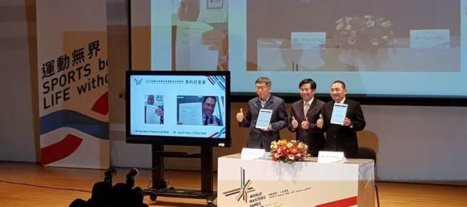 新北市長侯友宜(右起)、教育部部長潘文忠、台北市長柯文哲,和國際壯年運動總會執行長詹斯・荷姆透過視訊方式簽約。(陳筱琳攝)