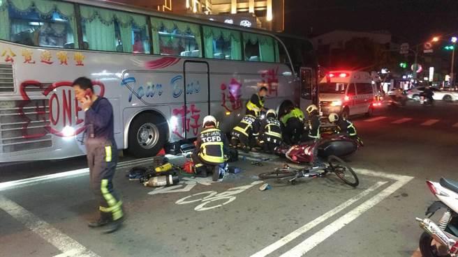 林姓騎士疑擦撞移工單車,倒地後又遭同向的遊覽車輾過。(讀者提供/王文吉台中傳真)