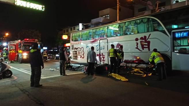 林姓騎士遭遊覽車輾過並捲入車底,警消動員大批人車搶救。(讀者提供/王文吉台中傳真)