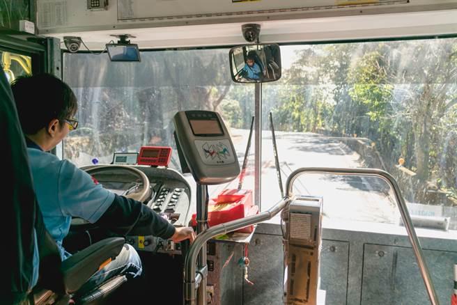 日前一名不识字的老妇人搭上公车后,向司机表明要去寺庙拜拜,但当地交通相当不便,司机也担忧老妇的安危,下秒说出霸气的一句话,让乘客感动不已。(达志影像/示意图非当事人)
