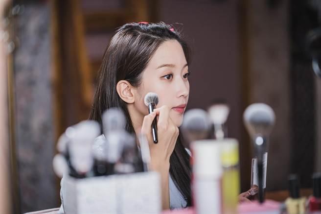 文佳煐飾演「素顏路人、妝後美女」的校園女神。(friDay影音提供)