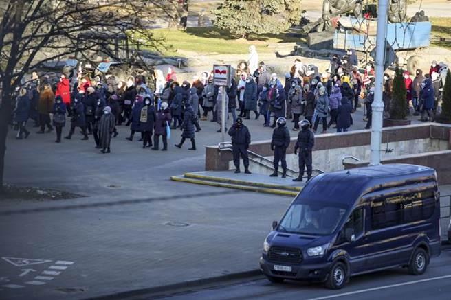 自8月總統大選後,反政府示威在白俄羅斯首都明斯克街頭,就形同家常便飯。一群退休人士7日上街,要求萬年總統盧卡申科下台,遭到鎮暴警察攔阻。(美聯社)