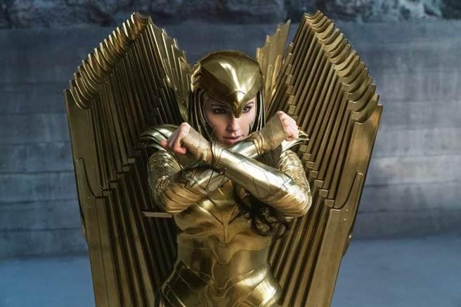 蓋兒加朵在《神力女超人1984》的新戰袍。(華納兄弟提供)