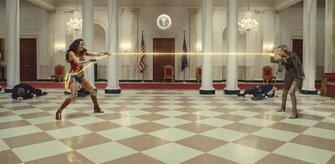 「神力女超人」蓋兒加朵和「豹女」克莉絲汀薇格在白宮大戰。(華納兄弟提供)