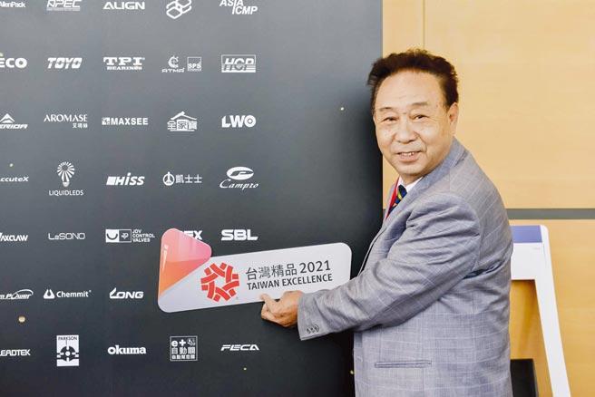 財順集團總經理江新財與「SBL」自有品牌合影,為品牌站台代言,持續在產業中發光發亮。圖/業者提供