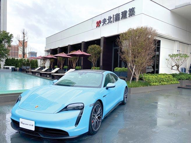 「央北鑫建築」接待中心創意結合「新北Porsche保時捷中心」,展示多款保時捷汽車,提供試駕體驗,且每周都換新車款。圖/業者提供