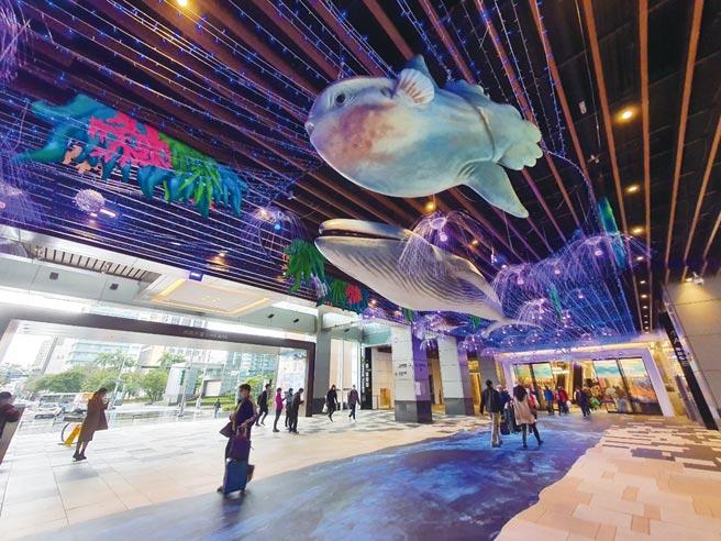 CITYLINK南港店AB棟1F藍鯨、曼波魚海洋生物模型受遊客青睞,為網美拍照打卡聖地。圖/CITYLINK提供