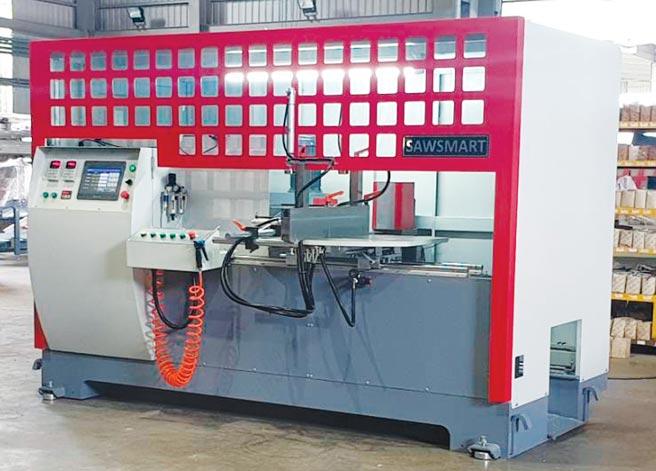 顛覆傳統!冠盛機械全新開發成功的「八軸鋁材切斷機」,各種角度都能鋸切,效率及品質再提升。圖/王妙琴