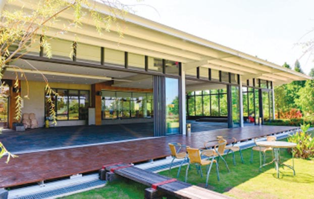 王牌鋼鋁全天候「無障礙軌道」落地窗,從戶外一路「平坦」到室內,讓居家通行更暢行無阻。圖/業者提供