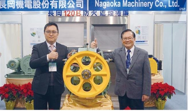 長岡機電總經理蔡振中(右)、特助蔡天貴(左)與自行研發生產電梯永磁同步曳引機共同合影。圖/陳又嘉