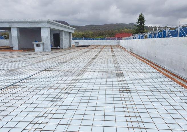 台東市營區屋頂PS隔熱板鋪設,採用禹青生產的「擠出法泡沫聚苯乙烯XPS隔熱板」,由鳶揚國際總代理銷售。圖/鳶揚國際提供